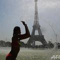 フランス首都パリのエッフェル塔のそばの噴水で涼む人(2019年7月25日撮影)。(c)AFP=時事/AFPBB News