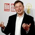 8日に放送された米NBCの人気番組「サタデー・ナイト・ライブ」で司会を務めた米電気自動車大手・テスラのイーロン・マスク最高経営責任者(CEO)が、アスペルガー症候群であることを公表して視聴者を驚かせた。ベルリンで2019年11月撮影  - (2021年 ロイター/HANNIBAL HANSCHKE)