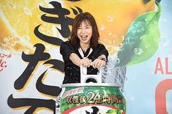 大きな缶を空ける山口智子さん