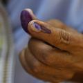 インド・アッサム州の投票所で、投票後にインクを塗られた女性の人さし指(2019年4月11日撮影、資料写真)。(c)Biju BORO / AFP