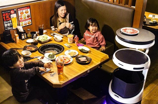 配膳ロボットServi、牛角・しゃぶしゃぶ温野菜などにて12月3日から先行導入