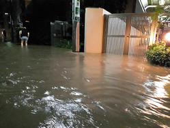東急二子玉川駅そばの多摩川が氾濫(はんらん)し、周辺の住宅地は約40センチ浸水した=2019年10月12日午後11時19分、東京都世田谷区玉川3丁目、久木良太撮影