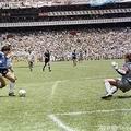 1986年サッカーW杯メキシコ大会準々決勝、アルゼンチン対イングランド。イングランドのGKピーター・シルトン(右)から2点目を奪うアルゼンチンのディエゴ・マラドーナ(左から3人目、1986年6月22日撮影)。(c)STAFF / AFP