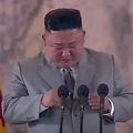 北朝鮮・平壌で開催された軍事パレードに先立ち、演説に臨む金正恩氏。朝鮮中央通信(KCNA)の動画より(2020年10月10日放送)。(c)AFP PHOTO/KCNA