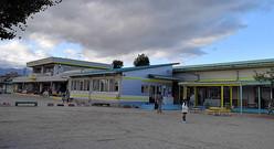 今年度開園した市立保々こども園。かつての幼稚園(左)と保育園(右)が渡り廊下でつながれていた=2020年11月9日、三重県四日市市西村町