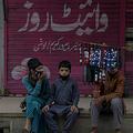 パキスタン首都イスラマバードに隣接したラワルピンディで、マスクを売る子どもたち(2020年3月30日撮影)。(c)Farooq NAEEM / AFP