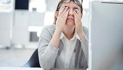 目の疲れを感じている女性会社員