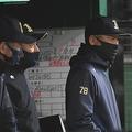 9回、戦況を見つめるオリックス・中嶋監督代行(右)=撮影・伊藤笙子