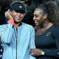全米オープンテニス、女子シングルス決勝。表彰式に臨むセレーナ・ウィリアムス(右)と大坂なおみ(2018年9月8日撮影)。(c)TIMOTHY A. CLARY / AFP