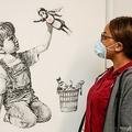 英サウサンプトン大学病院に展示されたバンクシー作「ゲームチェンジャー」。同大提供(2020年5月7日入手)。(c)AFP PHOTO / UNIVERSITY HOSPITAL SOUTHAMPTON / STUART MARTIN