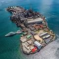 島が丸ごと工場に…まるで軍艦や要塞の...