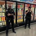 「アイス舐め事件」でスーパーの棚に警官配備? 実はジョーク