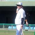 打撃練習を見守る元木ヘッドコーチ