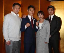 父・澄人さん(左端)、母・府見子さん(右から2人目)、弟・龍人さん(右端)とポーズをとる中谷潤人(左から2人目)(撮影・郡司 修)