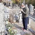妻・美和子さんが眠るお墓に手を合わせる佐々木一義さん(撮影/廣瀬靖士)