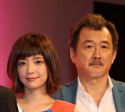 テレビ朝日「刑事7人」に出演する倉科カナ(左)と吉田鋼太郎