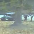 車両から降り、駆け出す亡命兵士(国連軍提供)