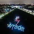 11月3日、法と正義による中絶禁止法案への反対デモで集まったポーランドの女性たち。彼女たちはスマートフォンやランタンを手にして、「WYBÓR(選択)」という文字を作った。(Photo by Omar Marques/Getty Images)