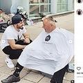 路上で散髪をする理容師の男性(画像は『David Zafer Kodat DK 2019年7月8日付Instagram「Un sourire ne coûte rien et produit beaucoup」』のスクリーンショット)