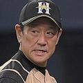 8回、選手交代を告げ、厳しい表情でベンチに戻る日本ハム・栗山英樹監督