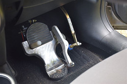 乗用車に取り付けたワンペダル。ブレーキペダル脇のレバーを横に押すことでアクセル操作する