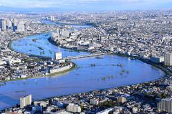 台風19号により増水した多摩川=2019年10月13日午前6時29分、東京都大田区、朝日新聞社ヘリから、仙波理撮影