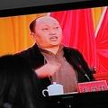 広東省烏坎村で、同省汕尾市の共産党委トップ鄭雁雄書記(当時)のテレビ演説を見る住民。鄭氏はこのほど、中国政府の香港出先機関「国家安全維持公署」の署長に任命された(2011年12月20日撮影、資料写真)。(c)MARK RALSTON / AFP