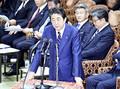 衆院予算委員会で答弁する安倍首相(6日午後、国会で)=米山要撮影