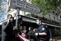 銃撃事件が起きた仏パリのアンリ・デュナン病院の周辺を封鎖する警察(2021年4月12日撮影)。(c)Anne-Christine POUJOULAT / AFP