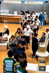 水や米の配給には親子連れらの行列ができた=2019年9月10日午後1時22分、千葉県市原市の市原市役所、福冨旅史撮影