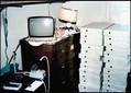 ここから始まり世界屈指の巨大企業に——。若き日のジョブズの寝室に積み上げられた、アップルコンピュータ初の製品「アップルI」の最初の生産分を詰めた箱。撮影もジョブズ自身。(1976年)