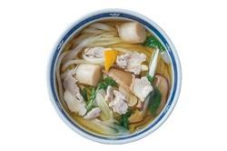 うどんディーラー / 「博多地鶏とりなんうどん」(780円)。うどんダシで炊いた博多地鶏と白ネギが入る。ちくわ天(160円)など自分好みのトッピングを追加するのもいい