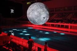北京オリンピックプールの天井から吊り下げられた、月を模した照明。中国の月探査技術と成果に関する展覧会の一部として掲げられた。参考写真(GettyImages)