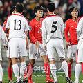 09年4月にソウルで開催されたW杯南アフリカ大会アジア最終予選の試合後に握手を交わす韓国代表と北朝鮮代表(資料写真)=(聯合ニュース)
