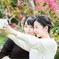 """29歳のお誕生日に際して公表された眞子さまご近況写真の中の1枚。佳子さまとの""""ツーショットチェキ""""はメディアでも話題に"""