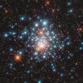2世代の星々が同居する大マゼラン雲のカラフルな球状星団
