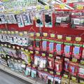 家電量販店には各メーカーのモバイルバッテリーがずらりと並ぶ。ブランド品や国産だったら安全で大丈夫と思いがちだが、そうした傾向はまったくなく、リスクは取り扱い方に大きく左右される。