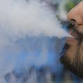 米首都ワシントンで電子たばこを吸う男性(2019年7月9日撮影、資料写真)。(c)Alastair Pike / AFP