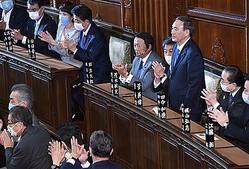 第99代首相に選出された自民党の菅義偉総裁(右から3人目)=16日午後、国会・衆院本会議場(酒巻俊介撮影)