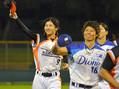女子プロ野球の退団試合後に、ファンに手を振る埼玉アストライアの加藤優�(左)と愛知ディオーネの里綾実�=わかさスタジアム京都