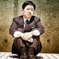 面倒くさくなってしまった日本人サラリーマンが体育座りで目をそらす