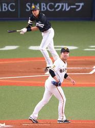 <巨・ソ2>初回1死一塁、柳田(左)に先制適時二塁打を浴びる今村(撮影・木村 揚輔)