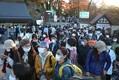 3連休の初日、マスク姿の登山客らでにぎわう高尾山。ケーブルカーを待つ長い列ができた=東京都八王子市で2020年11月21日午後3時21分、喜屋武真之介撮影
