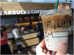 スターバックスの店員が、カップに「ひと言メッセージ」を書く理由とは?