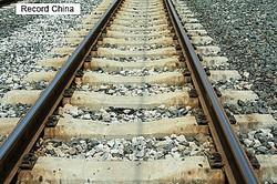18日、大阪府で発生した地震に関する情報が中国でも相次いで報じられている中、新浪新聞の中国版ツイッター・微博アカウント・微天下は、電車の乗客が線路を歩いて避難する様子を紹介。ネットユーザーが称賛のコメントを寄せている。資料写真。