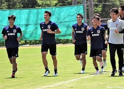 U-16日本代表のFW河野孝汰(左から2人目)は他の初戦先発メンバーとともにリカバリー中心のメニュー