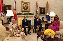 ホワイトハウスで首脳会談に臨む韓米首脳夫妻=(聯合ニュース)
