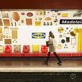 IKEAがパリの地下鉄に本物の家具を展示 新店舗オープンの広告で