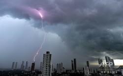 パナマの首都パナマ市の豪雨で発生した落雷(2019年9月4日撮影)。(c)Luis ACOSTA / AFP