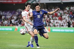 試合開始直後はイランのスピードに戸惑った様子だったが、その後のアズムンとの1対1もほぼ完ぺきに抑え込んだ。 写真:茂木あきら(サッカーダイジェスト写真部)